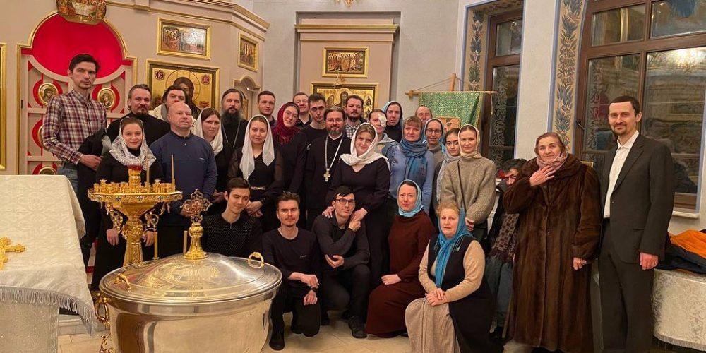 Сводный молодежный хор Западного викариатства сопровождал ночную молодежную Литургию в храме Рождества Пресвятой Богородицы в Крылатском