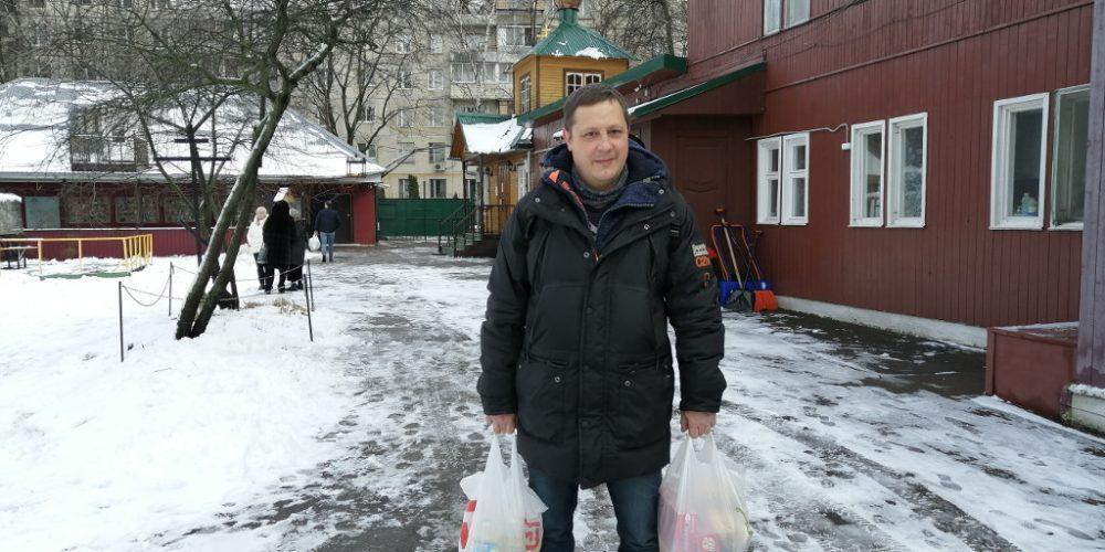Храм преподобного Серафима Саровского в Кунцеве оказал продуктовую помощь многодетным и нуждающимся семьям прихода