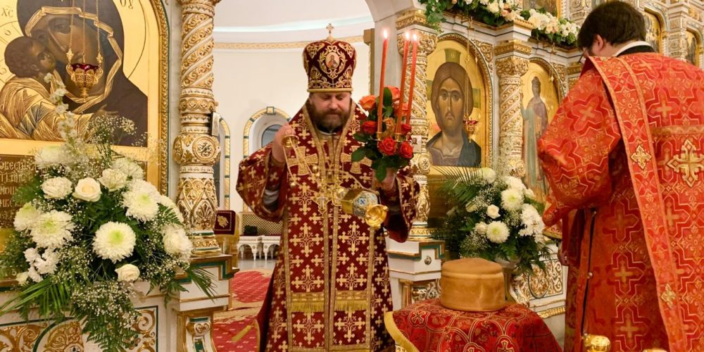 Епископ Фома совершил ночное Пасхальное богослужение в соборном храме в Переделкино (+ фото)