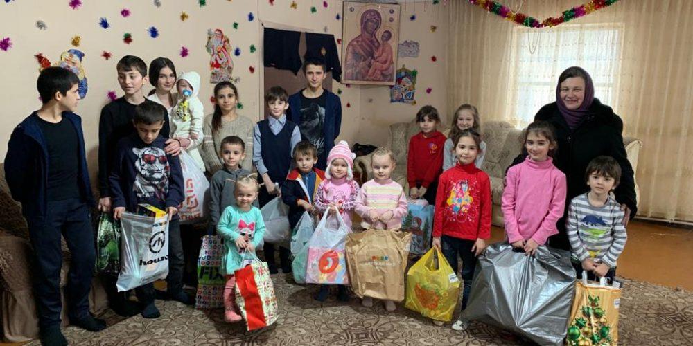 Дети-сироты получили подарки к Рождеству от приходов Западного викариатства