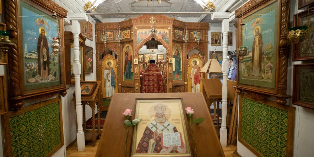 Литургию в день памяти сщмч. Иоанна Рижского отслужили в храме прп. Серафима Саровского в Кунцеве