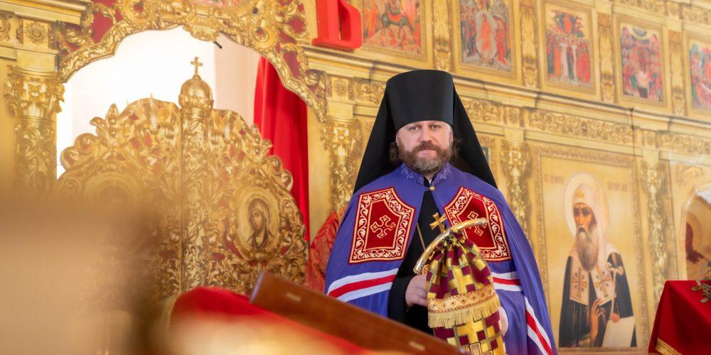 Литургию в престольный праздник в храме святителя Ермогена возглавил епископ Одинцовский и Красногорский Фома