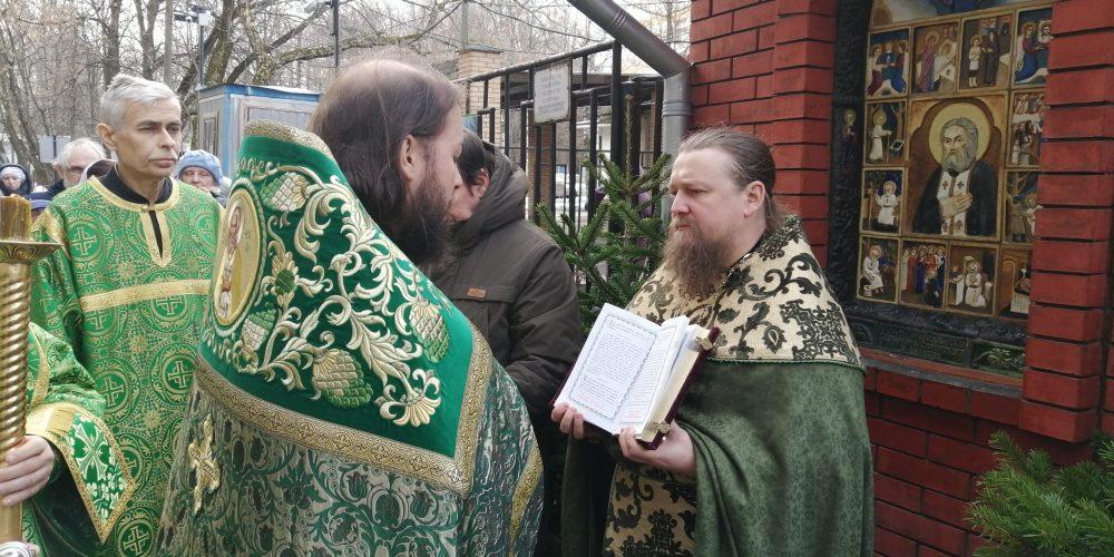 В день престольного праздника состоялись праздничное богослужение и крестный ход в храме преподобного Серафима Саровского в Кунцеве
