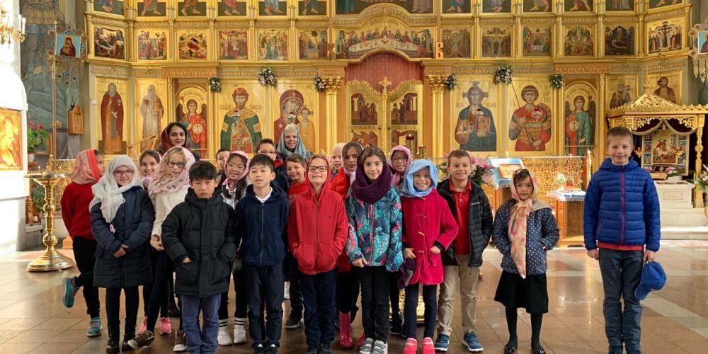 Храм великомученика Георгия Победоносца на Поклонной горе в рамках образовательного курса по истории мировых религий посетила группа англоговорящих школьников