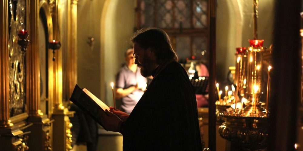 Вечерню и утреню с чтением акафиста Иисусу Сладчайшему совершил епископ Павлово-Посадский Фома в храме свт. Николая в Хамовниках