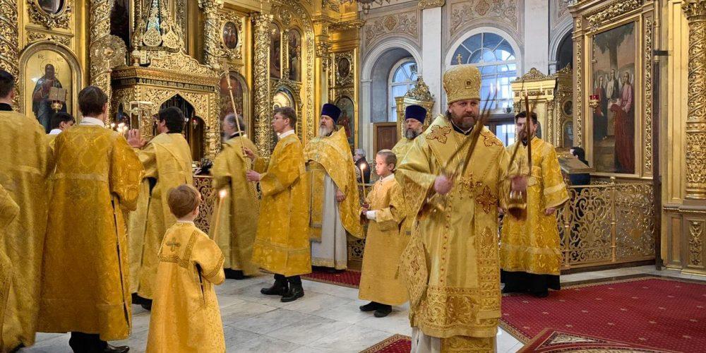 В Неделю о Страшном Суде епископ Павлово-Посадский Фома совершил Литургию в Богоявленском соборе