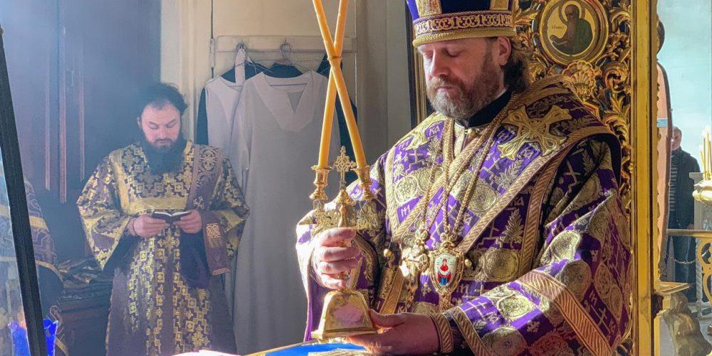 В Неделю Крестопоклонную епископ Павлово-Посадский Фома совершил Литургию в Богоявленском соборе