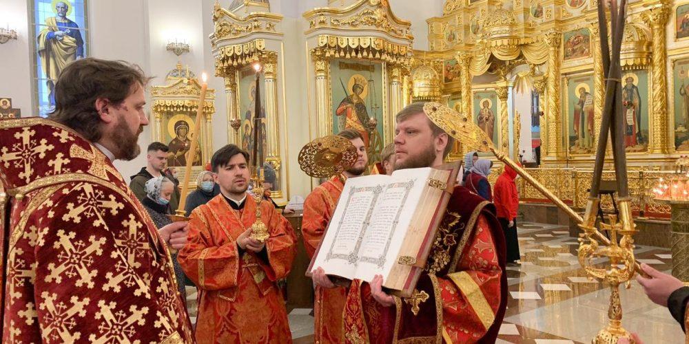 В канун престольного праздника владыка Фома совершил богослужение в Георгиевском соборе