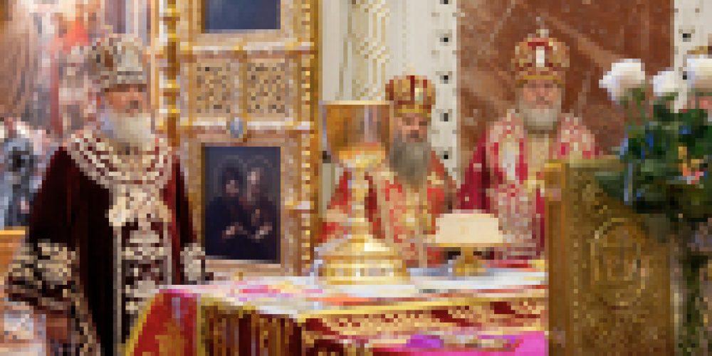 В дни празднования пятилетия воссоединения Русской Православной Церкви в Отечестве и за рубежом Святейший Патриарх Кирилл возглавил служение Божественной литургии в Храме Христа Спасителя