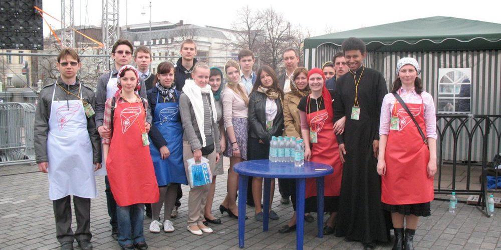 Православная молодежь Западного викариатства участвовала в молитвенном стоянии у Храма Христа Спасителя