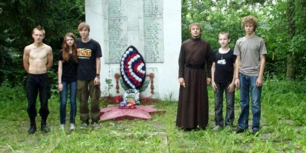 Загородная встреча с патриотической акцией: уборка мемориала братской могилы воинов Великой отечественной войны 1941 – 1945 гг.