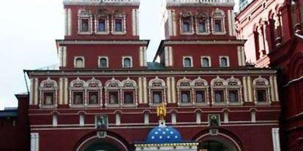 Молитвы у Иверской иконы Божьей Матери в часовне на Красной площади в г. Москва