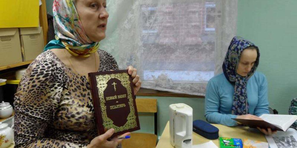 К празднику Казанской иконы Божией Матери ученики воскресной школы храма Спаса Нерукотворного Образа на Сетуни получили в подарок Новый завет