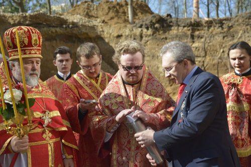 Епископ Выборгский и Приозерский Игнатий освятил фундамент дома причта. В фундамент была заложена капсула с памятной грамотой