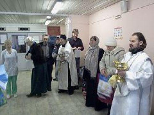 Представители Социальной службы Богоявленского благочиния поздравили с праздниками пациентов и сотрудников 6-й городской больницы
