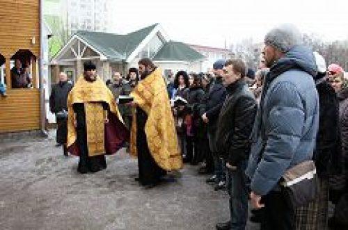 Рядом с местом строительства храма сщмч. Ермогена, Патриарха Московского и всея России, в Зюзино был совершен праздничный молебен