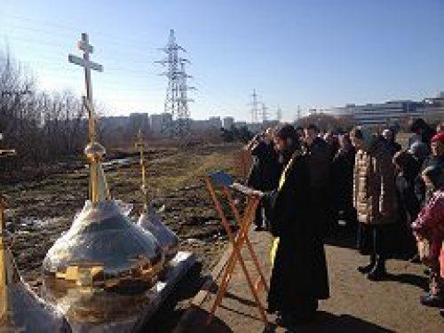 Освящены купола для временного храма сятых Петра и Февронии в Марьино