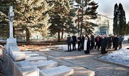 Ректор МДА архиепископ Верейский Евгений совершил литию у памятника почившим наставникам