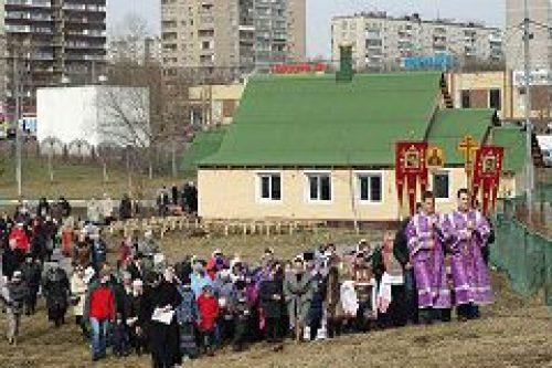 Молебен у поклонного креста, воздвигнутого рядом с храмом св. мц. Татианы в Люблино, собрал более двухсот верующих