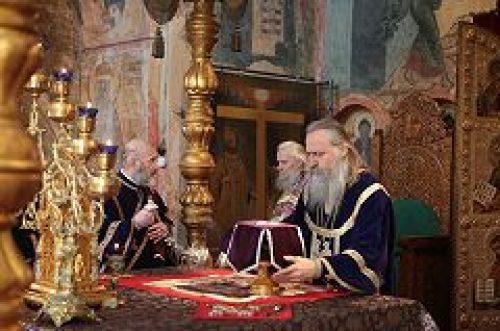 Архиепископ Сергиево-Посадский Феогност совершил Литургию Преждеосвященных Даров в Успенском соборе Кремля