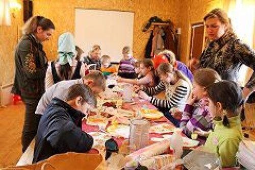 Приход храма вмч. Феодора Тирона в Хорошеве проводит мастер-классы для желающих принять участие в Пасхальной ярмарке