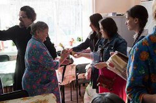Клирик и прихожане храма свт. Николая в Покровском поздравили пациентов 3-й психиатрической больницы со Светлым Христовым Воскресением