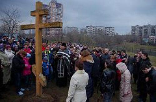 Несколько сотен москвичей собрались на молитву на берегу Большого Очаковского пруда, чтобы поддержать строительство храма иконы Божьей Матери «Неопалимая купина»