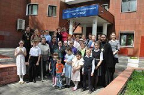 Учащиеся воскресной школы при храме Преподобной Евфросинии Московской в Котловке, поздравили с праздником Пасхи пенсионеров и ветеранов в центре Социального Обслуживания Зюзино