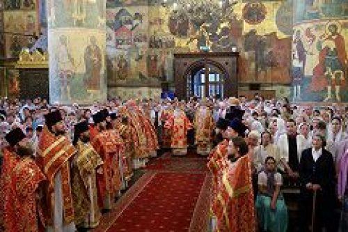 Митрополит Крутицкий и Коломенский Ювеналий совершил Божественную литургию в Успенском соборе Кремля