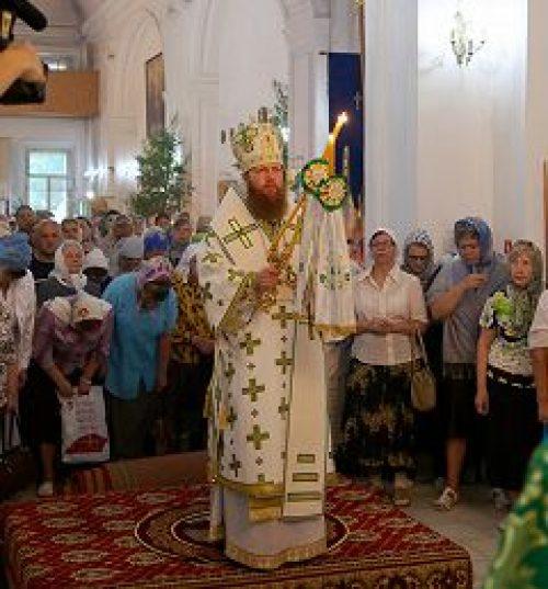 Епископ Воскресенский Савва совершил Божественную литургию в храме Сошествия Святого Духа на б. Лазаревском кладбище