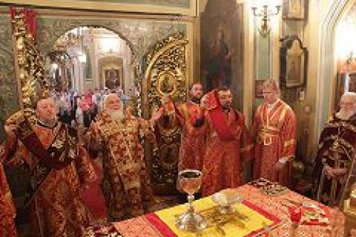 Митрополит Истринский Арсений совершил Божественную литургию в храме мч. Иоанна Воина на Якиманке