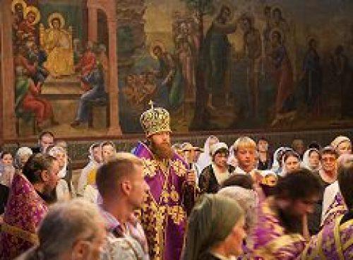 Епископ Воскресенский Савва совершил вечерню и утреню с изнесением креста в Новоспасском монастыре