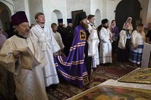 Еископ Воскресенский Савва совершил Божественную литургию в храме Преображения Господня в с. Остров