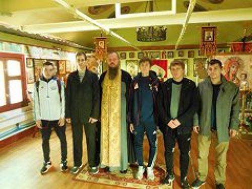 Настоятель строящегося храма св. прав. воина Феодора Ушакова в Южном Бутове напутствовал членов приходской футбольной команды «Адмирал»