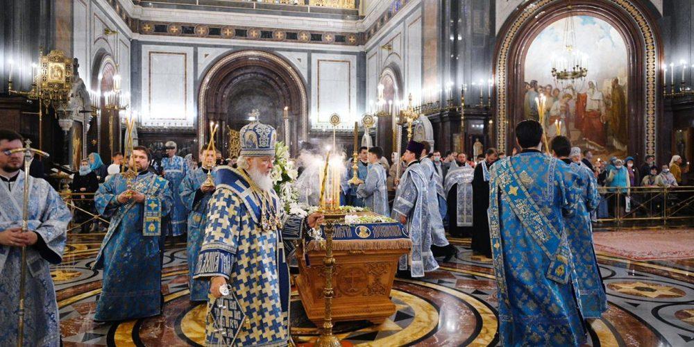 Епископ Фома сослужил Патриарху Кириллу за утреней с чином Погребения Пресвятой Богородицы