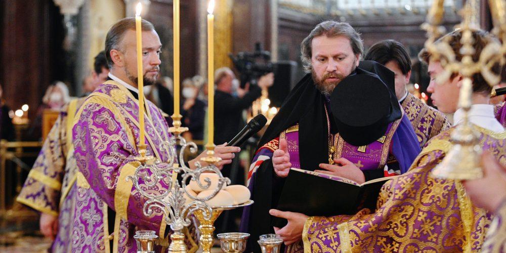 В канун праздника Воздвижения Креста епископ Фома сослужил Патриарху в Храме Христа Спасителя