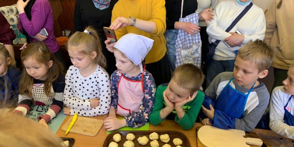 Ученики Воскресной школы храма Рождества Богородицы в Крылатском на мастер-классе учились печь «жаворонков»