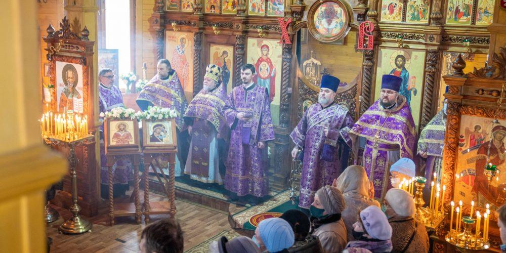 Литургию в престольный праздник в храме преподобного Алексия человека Божьего в Крылатском возглавил епископ Павлово-Посадский Фома