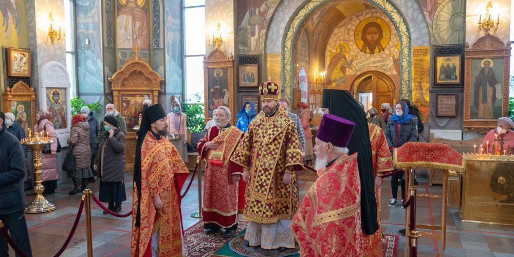 Епископ Павлово-Посадский Фома совершил Божественную Литургию в храме вмч. Георгия Победоносца на Поклонной горе
