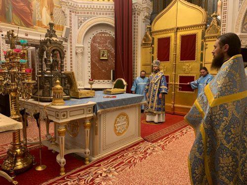 Всенощное бдение в канун праздника Покрова Пресвятой Богородицы в храме Христа Спасителя совершил епископ Павлово-Посадский Фома