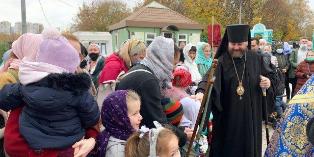 Епископ Павлово-Посадский Фома возглавил Божественную Литургию в храме Рождества Пресвятой Богородицы в Крылатском