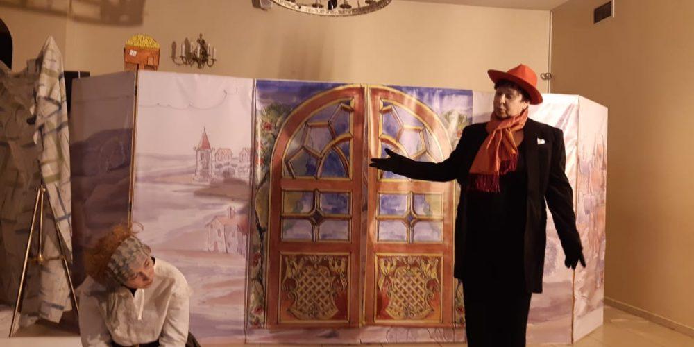 Проект «Семейные вечера» завершил год спектаклем по сказке Андерсена «Кое-что»