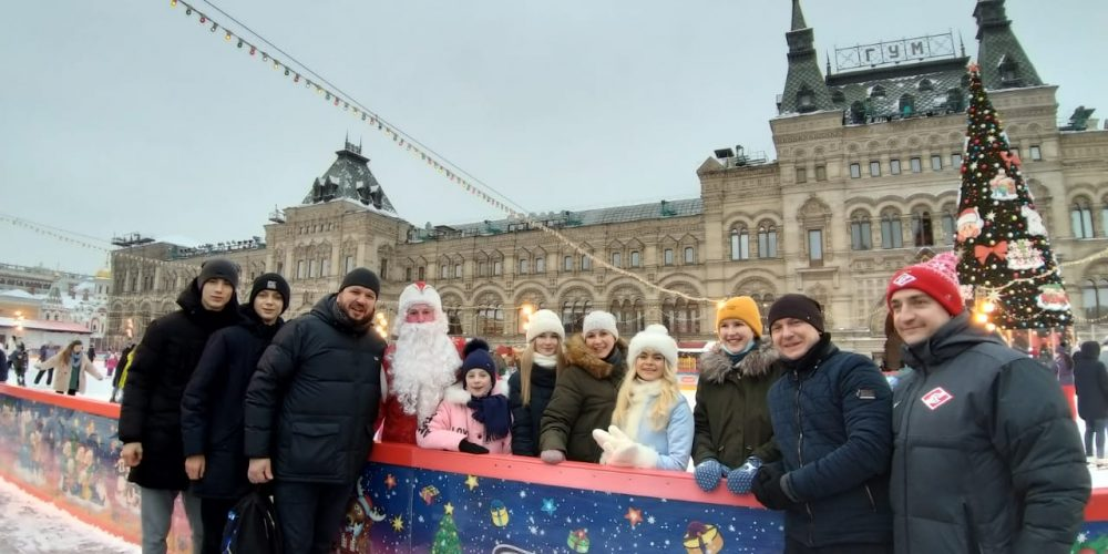 Молодежь Западного викариатства бесплатно покаталась на коньках на Красной площади