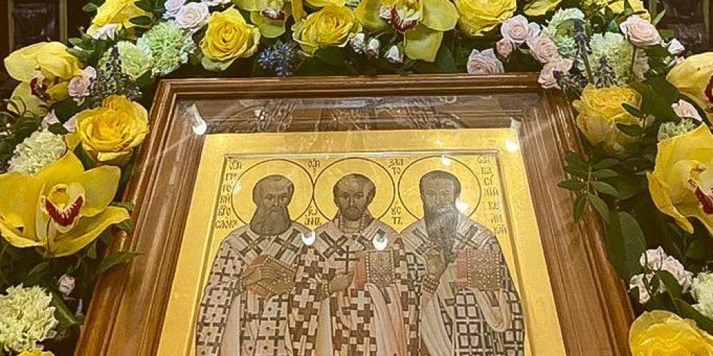 В храме Трех Святителей в Раменках в престольный праздник настоятель протоиерей Александр Никольский совершил Божественную литургию