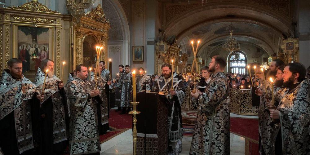 Епископ Фома в канун пятницы Страстной седмицы совершил утреню с чтением двенадцати Страстных Евангелий