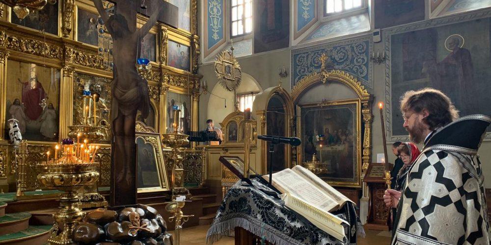 Царские Часы в Великий пяток совершил епископ Фома в храме свт. Николая в Хамовниках
