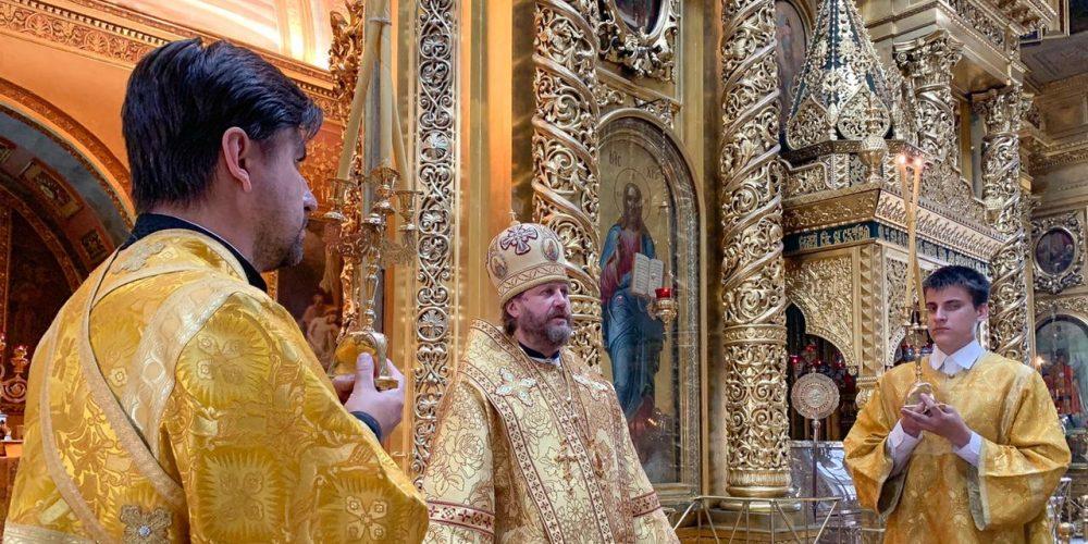 В Неделю 2-ую по Пятидесятнице епископ Одинцовский и Красногорский Фома возглавил Литургию в Богоявленском соборе