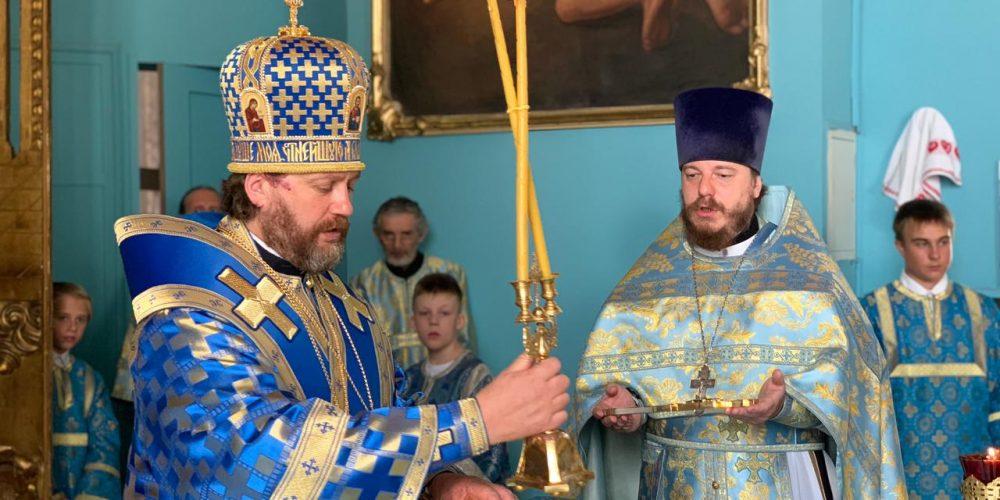 Литургию в престольный праздник в храме Владимирской иконы Божией Матери в Старой Басманной слободе совершил владыка Фома