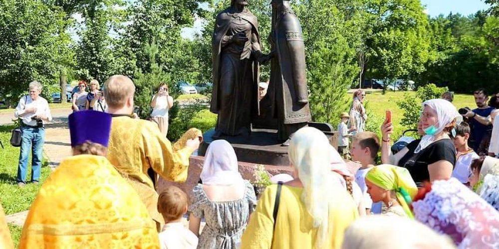 Владыка Фома совершил чин освящения памятника в честь благоверных князей Петра и Февронии Муромских