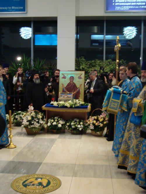 Завершилось пребывание в России великой христианской святыни — ковчега с Поясом Пресвятой Богородицы. Молебен в аэропорту «Внуково»